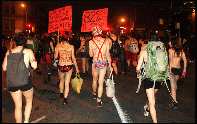 Québec : les étudiants manifestent nus contre la hausse des frais de scolarité