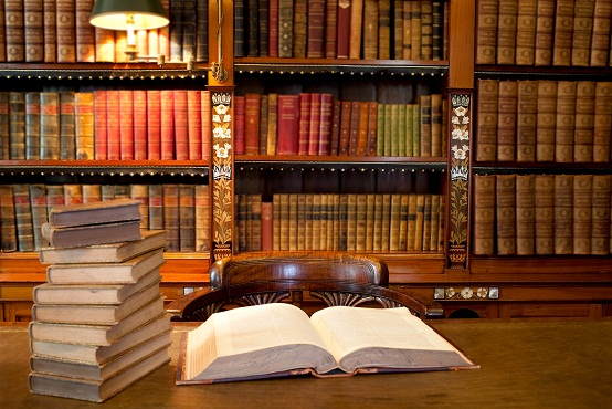 Old classic library with books on table © photogl - Fotolia.com