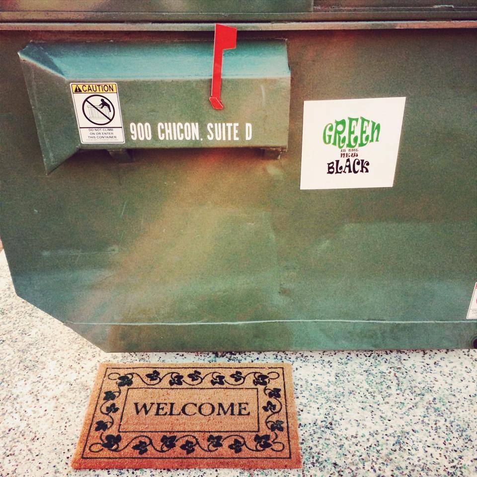 Un prof emménage dans une poubelle pour sensibiliser ses élèves à l'écologie