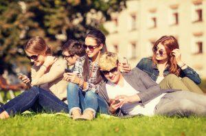 Les smartphones, difficiles de s'en passer © Syda Productions - Fotolia.com