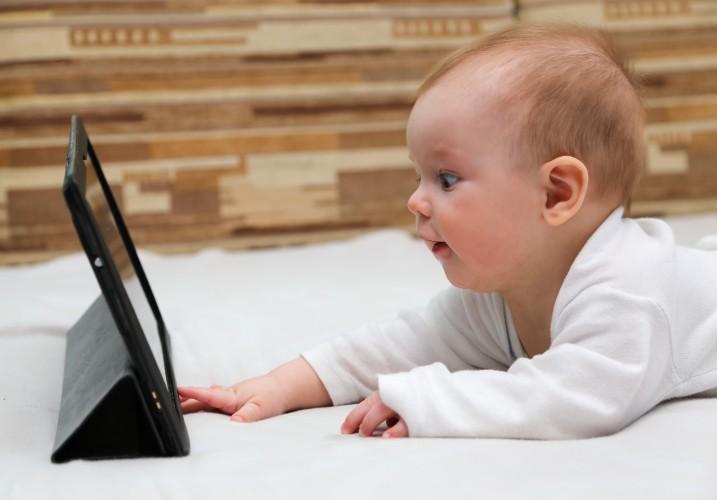 Utilisation des écrans avant 3 ans : pas de bénéfice pédagogique