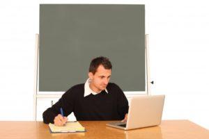 enseignant sur son ordinateur