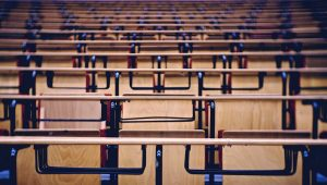 Leere Stühle in einem Hörsaal © jensth - Fotolia