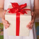 Детские руки с подарком 13