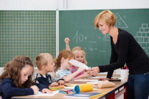 junge motivierte lehrerin vor der klasse © contrastwerkstatt - Fotolia