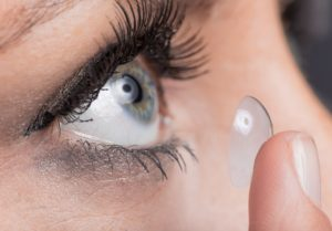 Woman inserting a contact lens © Lukas Gojda - Fotolia