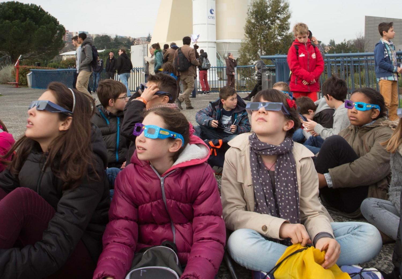 Eclipse du 20 mars : les élèves avaient (presque) tous le nez en l'air