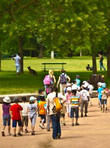 Groupe d'écoliers au parc © NizArt - Fotolia