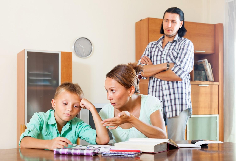 Accompagner vos enfants quand ils font leurs devoirs ne les aide pas, bien au contraire