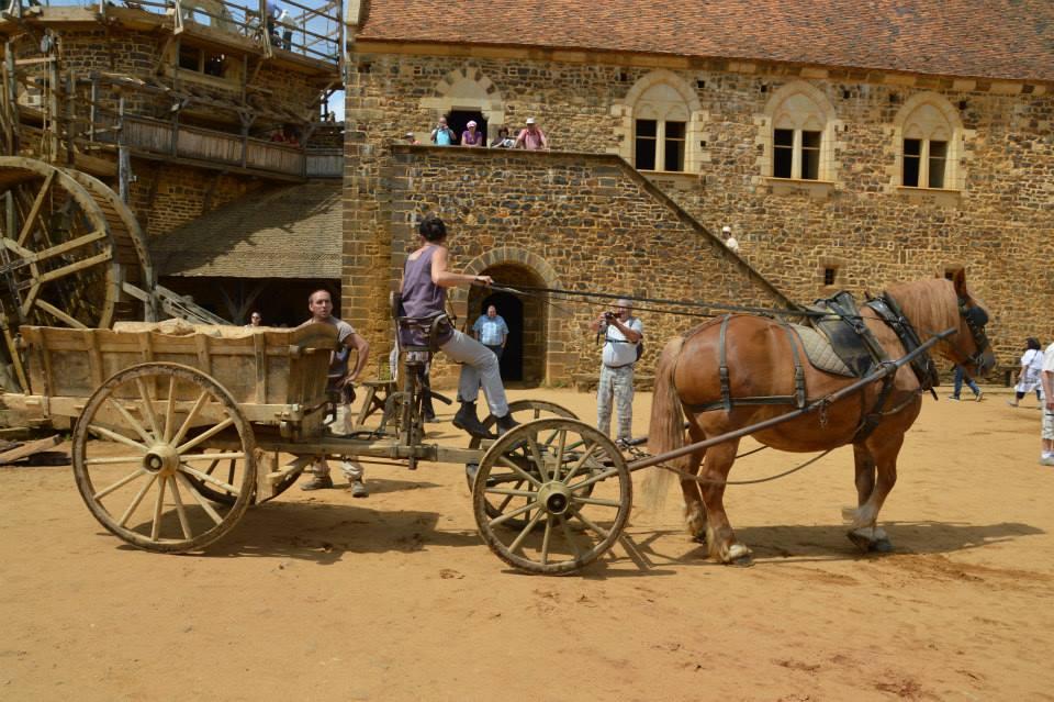Chantier médiéval de Guédelon : le charretier apporte des pierres sur le chantier / Photo Fabien Soyez