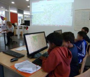 Les CM1 de Céline Souleille en pleine séance de cartographie participative.
