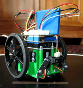 Un robot sumo conçu par Michaël Clergeot.