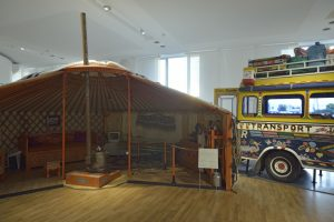 Yourte mongole et car rapide sénégalais - Galerie de l'Homme - Où allons-nous ? © Muséum national d'histoire naturelle - Jean-Christophe Domenech