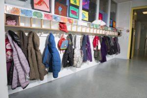 Les portes manteaux à l'école © kriss75