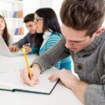 Pendant les vacances, des élèves se remettent à niveau dans leur établissement