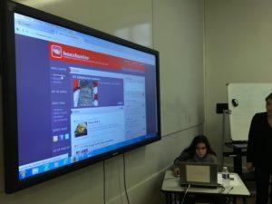Une élève de la 4e Médias du collège Berlioz (Paris 18e), lors de l'atelier animé par Amélie Fleury, pendant la journée d'études sur le complotisme / Photo DR