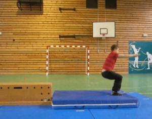 Les élèves d'Alban Henry visionnent des vidéos de référence, ou se filment eux-mêmes lors des séances d'EPS / Roulade avant en gymnastique