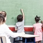 Les élèves apprennent mieux quand ils restent debout en classe