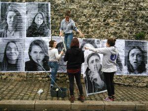 Élèves de l'enseignement de spécialité arts plastiques du lycée Dessaignes à Blois, s'appropriant le dispositif de Inside Out Project de l'artiste JR dans les anciens fossés du château, le 22 avril 2016 ».