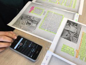 Pour concevoir un audiobook, les 6e de Yann Houry enregistrent leur voix sur un smartphone, lors de la lecture du conte.