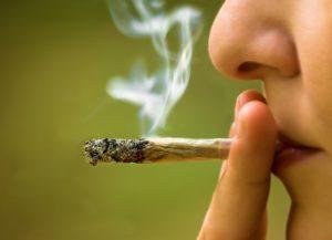 Lycéen fumant du cannabis