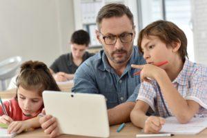 écoliers avec tablettes
