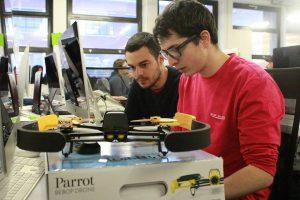 Des élèves de l'ESIPE travaillant sur la sécurité d'un drone