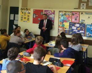 Cours d'allemand par Stephan Toscani, représentant politique du Land de la Sarre, aux élèves bilangue du collège de Vernon / Photo de @philippe_gustin sur Twitter