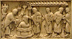 Le baptême de Clovis par saint Remy / Plaque de reliure en ivoire, Reims/ Musée de Picardie à Amiens / Wikimédia / Licence : domaine public.