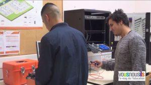 Allan et Yacine dans l'atelier de fibre optique du lycée