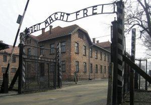 L'entrée du camp d'Auschwitz-Birkenau / Licence CC / Wikimedia / Dnalor 01
