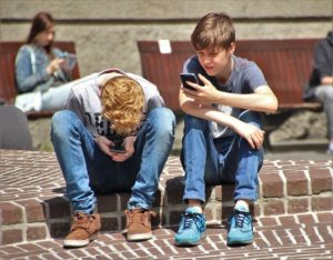 2 Boy Using Smartphone / natureaddict / Pixabay / Licence CC