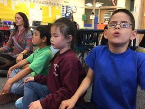 Des écoliers de Denver, Colorado, en pleine méditation / Chalkbeat / Licence CC