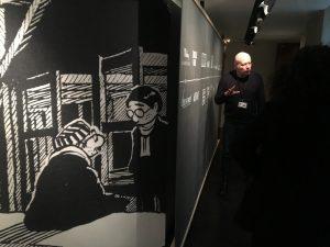 """Jacques Olivier David, coordinateur pédagogique du Mémorial de la Shoah, lors d'une visite guidée / Exposition """"Shoah et BD"""""""