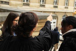 Djazia Tiourtite avocate, et deux stagiaires de 3eme qui sont entrées en contact avec à elle par l'intermédiaire de viensvoismontaf.fr . Crédits : Justine Wittenberg