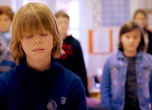 Une classe en pleine méditation / Association Méditation Enseignement (AME)