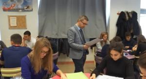 """La """"classe mutuelle"""" de Vincent Faillet - l'enseignant est au milieu de groupes, et invite les élèves à créer eux-même le cours et à s'entraider."""
