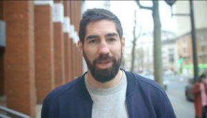 """Nikola Karabatic joue le rôle du """"grand frère"""" pour aider les collégiens à comprendre la laïcité (photo : capture d'écran YouTube)"""
