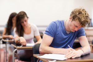 élèves passant un examen