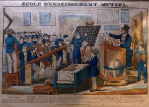 """Gravure lithographiée vers 1830 """"Une école d'enseignement mutuel"""" environ 25 x 30 cm, imprimerie Dambour et Gangel à Metz. Musée national de l'éducation (Rouen). / Wikimedia / Licence : Domaine public."""
