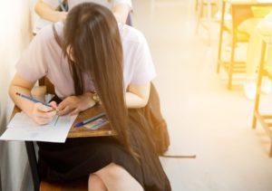 fille passant un examen
