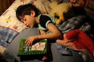 "Six year old boy reading ""Diary of a wimpy kid"" / Flickr / woodleywonderworks / Licence CC"