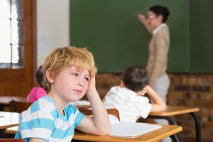 Élève inattentif en classe / Shutterstock