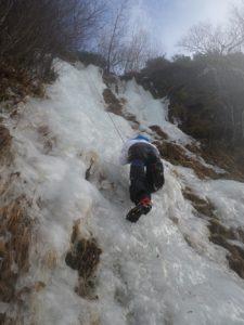 Les élèves escaladent une cascade de glace/ Crédit : Thibault Billard