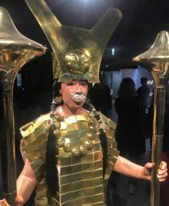 """Reconstitution en taille réelle de la """"Dame de Cao"""", avec ses ornements en or / exposition """"Le Pérou avant les Incas"""", musée du Quai Branly"""
