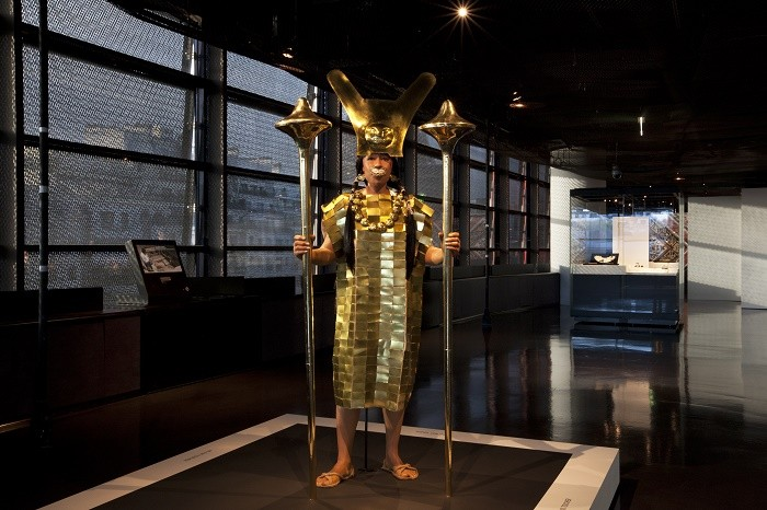 """Musée du quai Branly - Jacques Chirac / Vue de l'exposition """"Le Pérou avant les Incas"""" / Reconstitution en taille réelle de la """"Dame de Cao"""""""