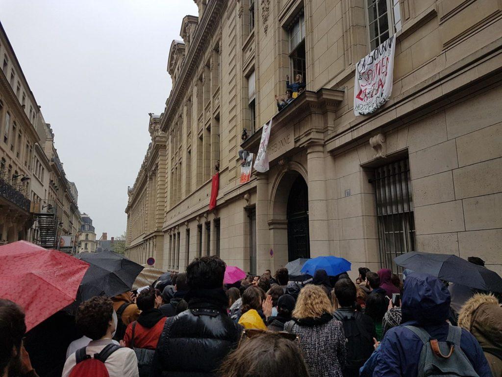 Les étudiants qui occpuent la Sorbonne communiquent avec ceux bloqués par la police à l'extérieur du bâtiment/ Crédit : D.R