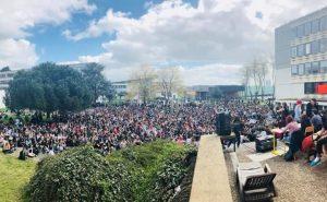 Des étudiants en AG à Rennes 2 votent la reconduction du blocage de l'université, le 16 avril 2018 / Twitter, @NONalaselection