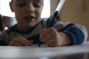 Enfant en train d'écrire / Pxhere / Licence CC