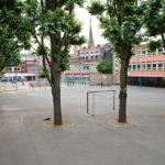 Contre la chaleur, des cours de récré sans bitume à Paris
